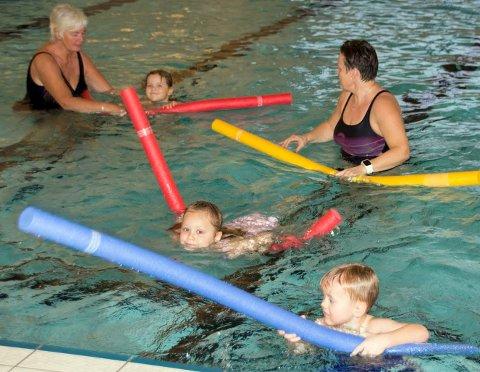 SVØMMEFORBEREDELSER: De eldste barnehageungene trener forberedende svømmeteknikk, og får hjelp av Gunn og Trine Beate.Bilder: Mona rolfsdatter olsen