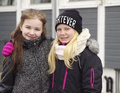 Vinnerne: Selv om foreldrene til Emilie Forsmo Bratberg og Kaisa Øksdahl visste at jentene hadde vunnet konkurransen, var det først fredag morgen de to jentene fikk vite det. – Det kom en lærer bort til oss og sa gratulere, og vi skjønte ingenting, ler Forsmo Bratberg.