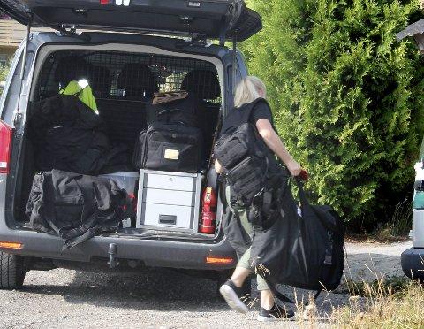 BESLAG: Her er politiet i aksjon og er i gang med å hente ut beslagene fra mannens hjem. Kort tid senere ble mannen selv ført ut av politiet og tatt med inn til stasjonen for avhør. Samtidig pågikk en annen aksjon mot et annet hjem. FOTO: Arnfinn storsveen (ARKIV)