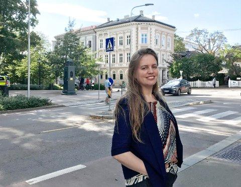NY BOK: Journalist Tone Magni Finstad Vestheim (32) fra Vestmarka kommer nå med bok om president Emmanuel Macron og opprøret til De Gule Vestene: – Revolusjonen i rundkjøringene er en advarsel fra sinte folk som lever på siden av det vanlige samfunnet. Vi må lytte til vanlige folk her i landet, det har de ikke gjort i Frankrike, sier hun.