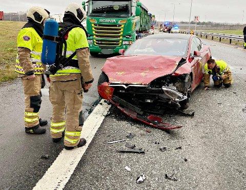 STORE SKADER: Tesla-en som kolliderte fredag ettermiddag var ikke kjørbar etter ulykken.