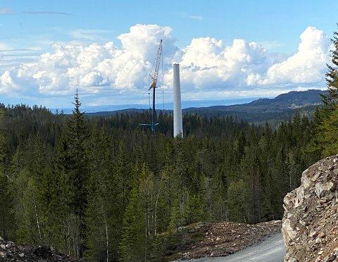 SABOTASJE: I løpet av helga er det utført omfattende skadeverk i anleggsområdet for vindkraftutbyggingen i Nord-Odal. Bildet er av den nederste delen av tårnet til en av vindturbinene på Engerfjellet.