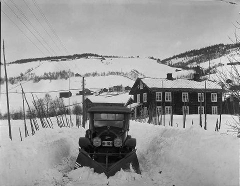 NYTTEKJØRETØY: Denne bilen som  ble eid av Gausdal bilselskap fikk påmontert en snøplog laget a v Øveraasen på Gjøvik som tidlig som 1918.