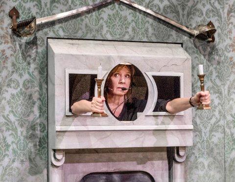 "ELLERVILL FARSE: Hege Schøyen i Riksteatrets ""Kollaps i kulissene"" som gjester Maihaugsalen til høsten."