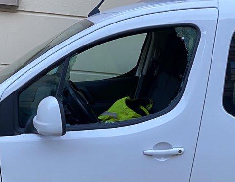 HÆRVERK OG TYVERI: Begge bilene fikk knust sideruter og det ble stjålet med ting frsa den ene bilen.
