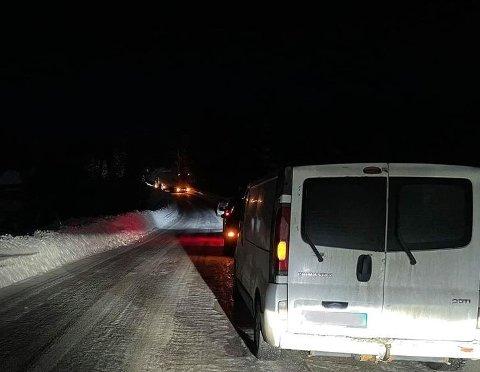 FULL STOPP: Vegen var sperret i begge retninger i over tre timer i natt.
