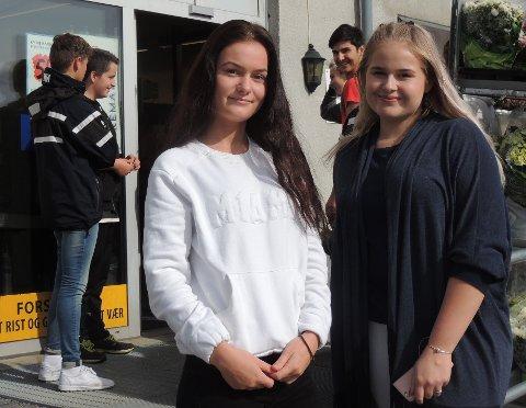 ET SJOKK: – Det kom som et sjokk, da plakaten plutselig kom opp etter skolestart. Det var helt uten forvarsel, sier Martine Willoch (til høyre) og Emilie Birkeland.