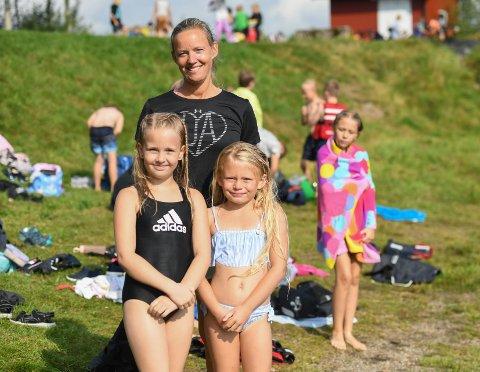 Svømmeopplæring i Femsjøen for Tistedal skole-elever. Fra venstre Frida Torp Larsson, Elin Lande og Julie Katrine Mellomsæter.