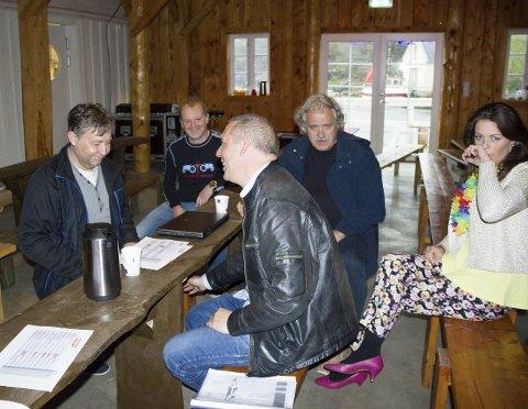 MØTE:  Ole Bergesen (t.v.) hjelper revylaget frå Bømlo. På bildet aktørane Kurt Inge Larsen,  Per Arne Moldøen, Finn Daynes og Marianne  Grønnevik.