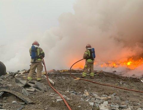 KRAFTIG BRANN: Det brenner kraftig på avfallsplassen.
