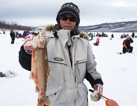 VANT: Bente Antonsen vant isfiskekonkurransen som gikk av stabelen på Harravann i Tana lørdag. Røya hun fikk var på 1195 gram.