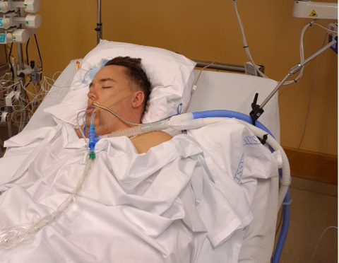 I DET UVISSE: Peter Lorenzen Borge er koblet til pustemaskiner, og en stund visste man ikke om han skulle overleve eller ei.