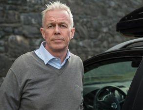 Kommunikasjonssjef Arne Voll i Gjensidige mener det bør svi mer å bruke mobilen mens man kjører bil.