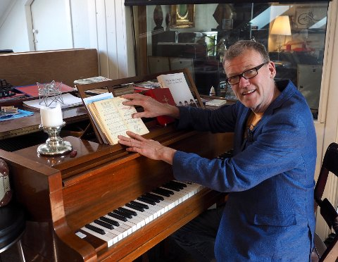 MUSIKK ER LIVET: Arnstein Roch Øverland bruker mye tid i studioet sitt 1915.