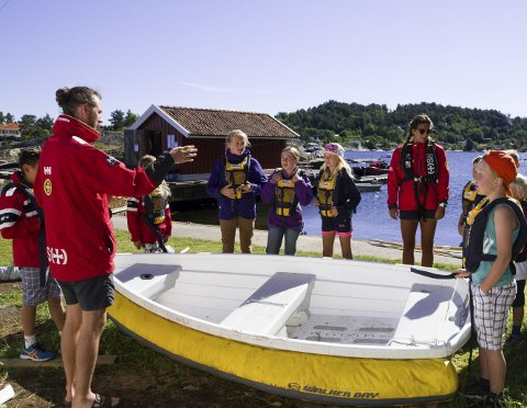 SOMMERSKOLE: Hovedinstruktør Patrick Hauge (25) og instruktør Helene Ausland (24) lærer barna å rigge en seilbåt.