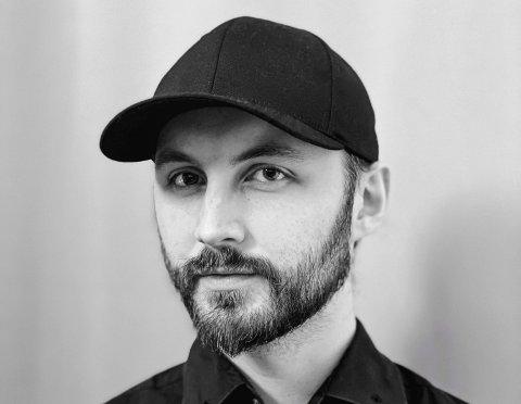 KUL JOBB: Designar Aleksander Sahr frå Husnes, no busett i Oslo, skal jobba saman med kostymedesignaren Kjell Nordström på den nye sesongen av «Maskorama».