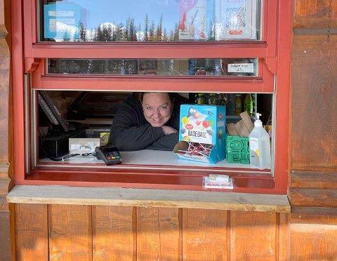 KIOSKEN: Linda Løvli på Veggli fjellstue har de siste ukene solgt varer ut av kioskvinduet sitt. Men fra kommende helg kan hun åpne dørene igjen.