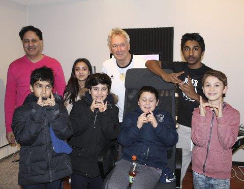 LAGER NY LÅT: Nawaz (14) vant den årlige talentkonkurransen og holder nå på med en ny låt. F.V.: Anyan (9), Rahma (11), Daniel (9), Taulant (8), Nawaz (14) og Xander (10). Bak ser vi også Tariq Mir og leder av BUSH Roland Daus. Alle foto: Janina Lauritsen