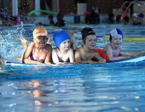 FULL SPRUT: Izma, Ludvig, Alexander og Ellen fra Mellombølgen barnehage så ut til å kose seg i bassenget.