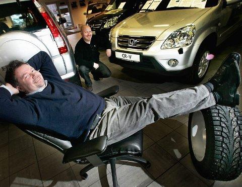 RIKEST: Bjørn Cato Traasdahl (i bakgrunnen) er den rikeste bilselgeren i byen. I forgrunnen er daglig leder Jon R. Håkonsen. Hna har forøvrig ingen formue, men inntekt  på 2.767.330 kroner i fjor.