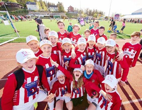GLADE TIL-BARN: TILs J04-spillere jubler under fjorårets Funn Cup. Også i år sender Tromsø IL en stor delegasjon til Narvik.