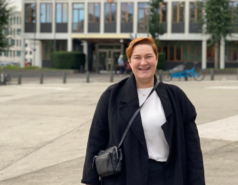 STOR STAS: Eirin Kjær fra Balsfjord blir politisk rådgiver under ny regjering. Her med Utenriksdepartementet i bakgrunn.