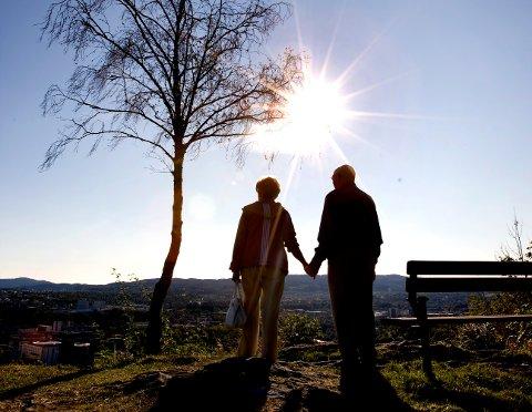 TRONDHEIM  20080912: Eldre dame og mann. Alderdom. Hånd i hånd. Solen skinner. På tur. Gammel kjærlighet ruster ikke. Å være glad i. Livslangt ekteskap. Et enslig tre. Romantikk. Romantisk. Foto:  Gorm Kallestad  / SCANPIX  NB! Modellklarert