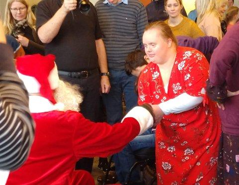 KOM I BRANNBIL: Julenissen kom selvsagt i brannbil. Deretter delte nissen raust ut godteposer.