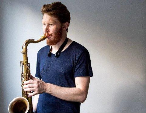 GJEST: Magnus Bakken er en av Norges fremste tenorsaksofonister. Søndag kveld opptrer han hjemme i Langhus kirke for første gang.
