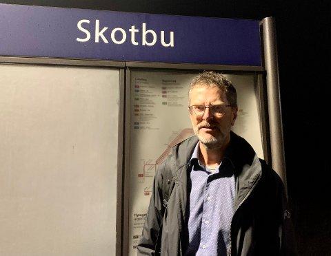 TRØBLETE: Togpendler Lars Kristian Hemstad  synes det har vært merkelig stille om togtrøblet som har vært etter sommeren.