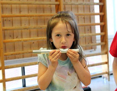 BLÅSER LYD: Marita (6) fikk prøvd en fløyte.