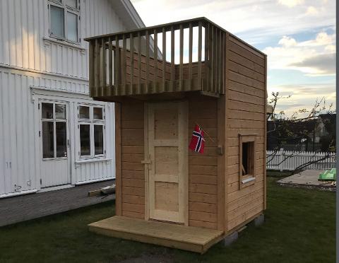 FÅR LOV Å STÅ: Lekehytta på Østre Halsen er lovlig. Det slår kommunen nå fast.