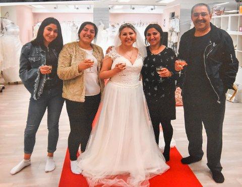 SONIA SKULLE GIFTE SEG: Her prøvde hun brudekjole sammen med søstrene Seher (fra venstre) og Soma, moren Halala og faren Lokman. Sonia døde fire dager før brylupet.