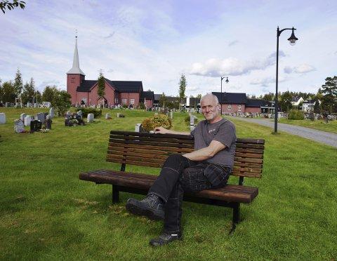 GLAD I JOBBEN SIN: Kirkegårdsarbeider Atle Bech i Elverum synes han har drømmejobben. – En kirkegård skal være et godt sted å være, mener han.
