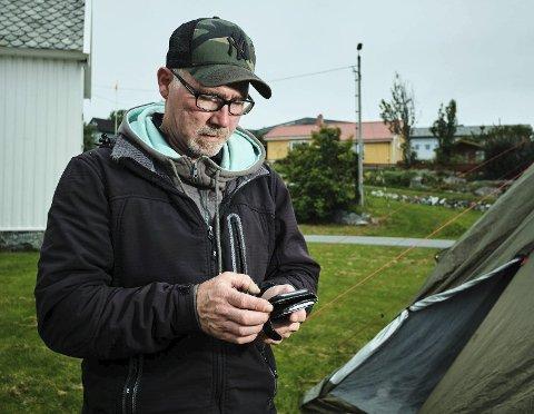 Opptatt: Under Trænafestivalen farter Jim Berg Marthinussen over hele øya, for å bistå med alt fra teknisk hjelp til camping, og telefonen står aldri stille. Foto: Ole Gunnar Onsøien