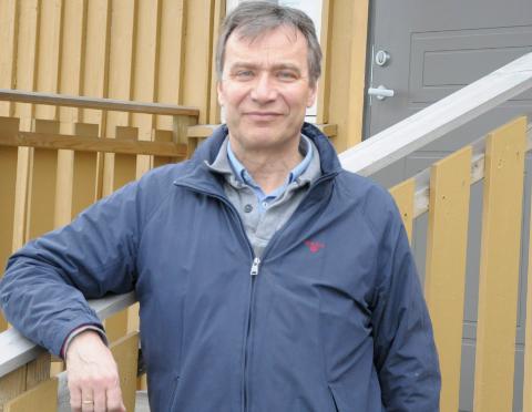 SYNGER SØNDAG: Per Vollestad synger i Bønsnes kirke søndag - men kan komme til å måtte vente på NM-syklistene før han kan starte opp.