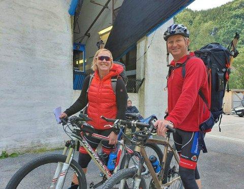 TRÅKKER TIL: Kari Skailand og Geir Peder Kydland er klare for en sykkeltur på vidda.