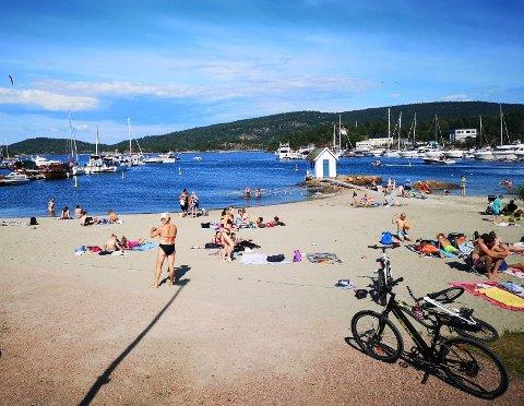 NÆRT: Stranden i Sætre havn tiltrekker seg både lokalbefolkningen og båtturistene ved gjestebrygga.