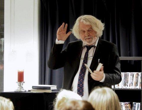 Foran publikum: Forfatteren leser fra sin bok «Land ingen har sett». Alle foto: Svein-Ivar Pedersen