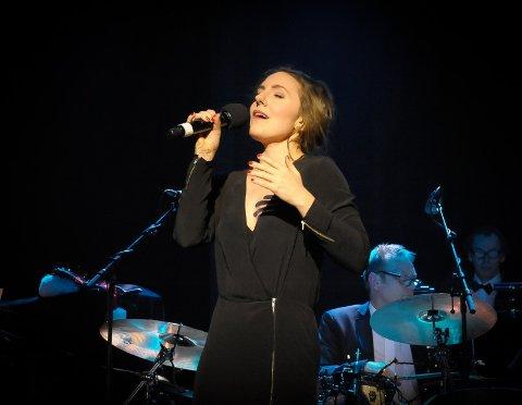 TIL TJØME: Sadefjordingen Julie Støp Husby spiller sin egen soloforestilling på Gammle Ormelet på Tjøme fredag. Her fra konserten Swingin' Christmas med Sandefjord Storband i 2015.