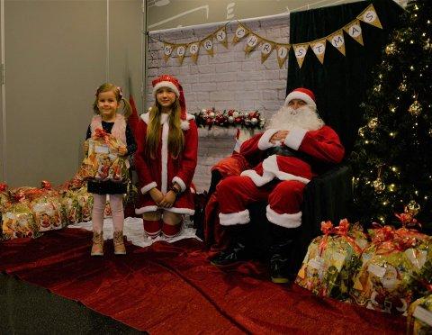 FIKK JULEGAVE AV NISSEN: Emilie Janik med gaven hun fikk av julenissen. Marlena Langner og Marcin Pietrzak syntes det var fint å kunne gi barna en positiv opplevelse før jul.