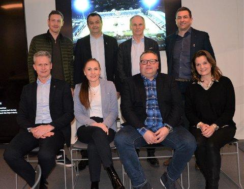 NEI TIL BOIKOTT: Styret i Sarpsborg 08 sier nei til boikott av Qatar-VM. Bjørge Øiestad (bak til høyre) er ute av dagens S08-styret, men Ole Heieren Hansen (varamedlem, bak fra venstre), Jan Kristian Fjærestad, Einar Høstbjør, Pål Espen Ramberg (foran fra venstre), Tone Horvei Bredal, styreleder Hans Petter Arnesen og Line Fjell sitter i styret i 2021, i tillegg til Anders Korneliussen og Nina Pettersen.