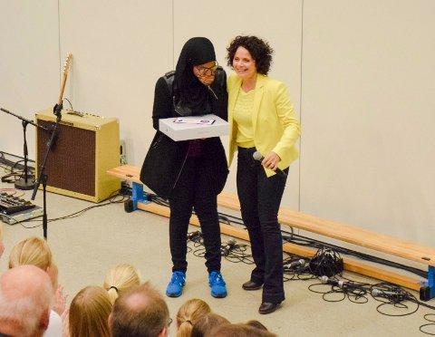 Vinner: Farhiya Kahin vant heder og en Mac Book Air for sin vakre tekst om fred utdelt av Nadia Hasnaoui.
