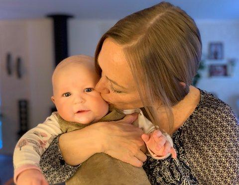 JUBLAR FOR LOVENDRING: Renate Nesse (43) reiste utanlands for å få draumen om å bli tobarnsmamma oppfylt. Ho er glad for at andre norske kvinner no slepp å gjera det same.