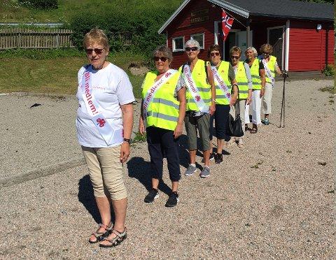 Malm Sanitetsforening starter sin NKS-stafettetappe med leder Hilda Chrisitansen først. Etter henne kommer Bente Årbogen, Inger Jorunn Ressem, Åsta Øksnes, Liv Malmo, Liv Inger Ovesen og Ingebjørg Ressem.