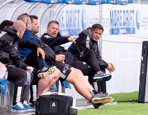 Trener Mikael Stahre (nr to fra høyre) på Sarpsborg 08-benken på Kristiansund stadion under fjorårets møte mellom KBK og Sarpsborg.