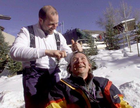 HÅRFIN: Lasse Kjus klipper håret til  Per Kristian Eriksen, som tapte veddemålet: Hvis en nordmann vant storslalåm skulle vinneren klippe Eriksens hår på  direkten i NRK.