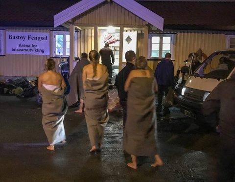 FORFROSNE: Flere av deltakene ble hjulpet inn til Bastøy fengsel, der de fikk utdelt tepper og varm drikke for å få varmen tilbake i kroppen. Det skal ha vært flere politi- og forsvarsansatte med i flokken på 24 som skulle foreta den nattlige svømmeturen.