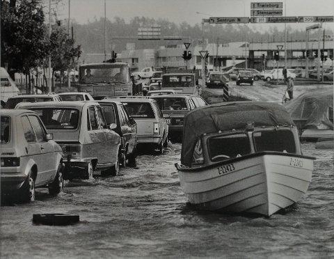 VÅTT I MAMMUTKRYSSET: Her passerer biler og båter gjennom Tønsbergs største lyskryss 16. oktober 1987.