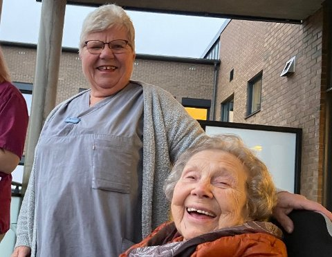 PÅ BALKONGEN: Fra venstre: Kinga Jamczuk, Mimmi Sørensen og Beret Knudsen (98). De fikk med seg konserten i regi av Røde Kors fra en balkong på Re helsehus. Foto: Emira Holmøy